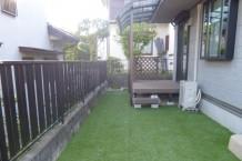 テラス屋根と人工芝で機能的なお庭