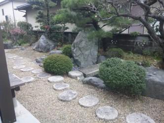 お庭は池や大きな石が並ぶ和風庭園。