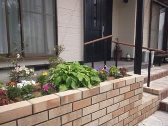 玄関横の新設花壇
