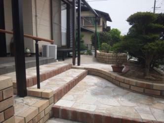 石貼とレンガのアプローチ
