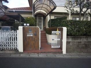 古い門扉と伸縮門扉
