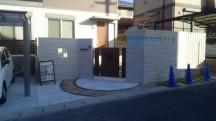 道路から控えて、Z型に塀を作りました。