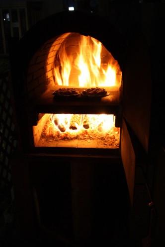 夜のピザ釜