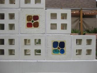 4つ穴とステンドグラス風ブロック