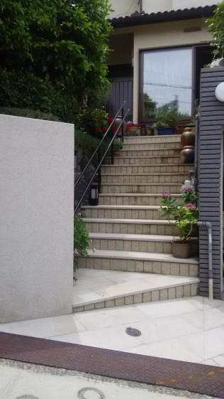御影石で歩き易い階段作りを心がけました。