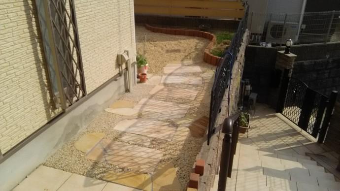 既存の平板を生かして使い、周囲を信楽砂利で洗い出しに。