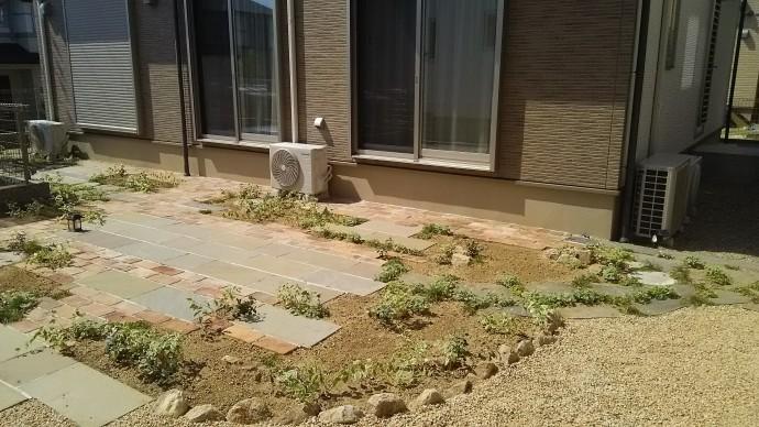 園路の一部に擬木の枕木とスペインの乱形石を使用。