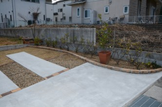 既存の樹木とレンガを使用して植栽スペースにしました