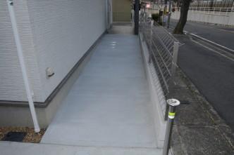 将来、車イスで通行できるように車庫からはスロープのアプローチを設置。