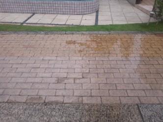 濡れたレンガ舗装