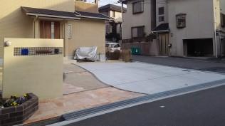 広いコンクリート土間の割れ止めの目地に合わせてアプローチも区切りました。