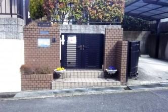 シンプルな黒のアルミ門扉