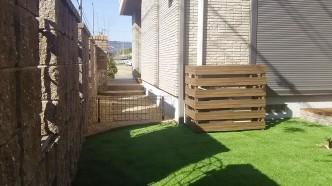 ワンチャンが出ないように取り外しできる低い柵をつけました。