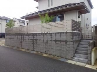 土留めの型枠ブロック上には目隠しフェンスを設置。