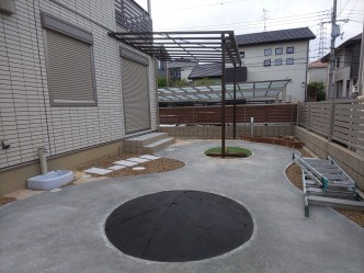 片方の人工芝はマウンド状に。