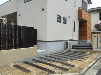 庭との仕切りは斜めからの視線をカットできる縦格子フェンス