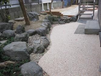 バルコニーからのステップも鉄平石で貼り、