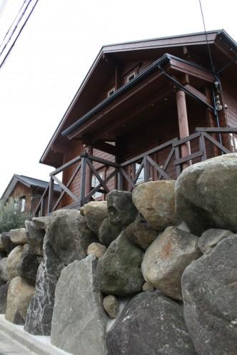 生駒石の力強さでログハウスが引き立ちます