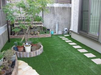 周囲を人工芝に設置、
