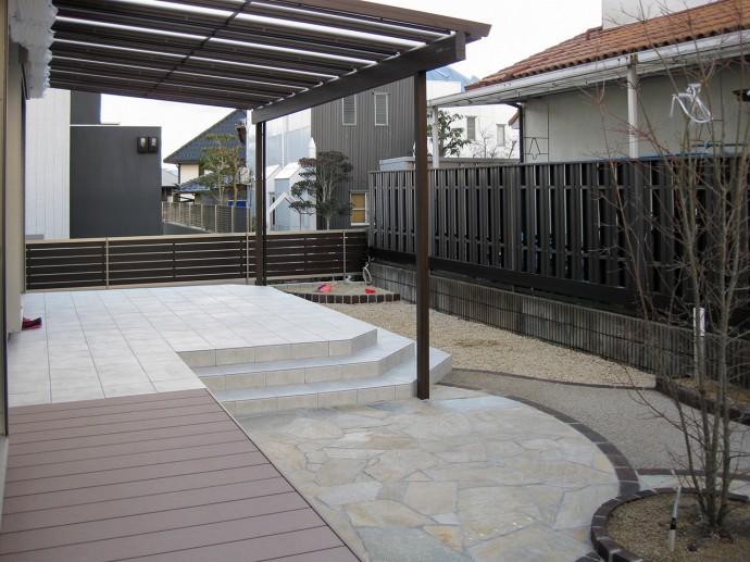 木調テラス屋根、ナチュレをタイルテラスいっぱいまで広げ、日除けを付け