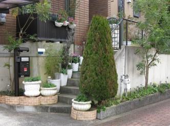 通路の階段が狭くなり、