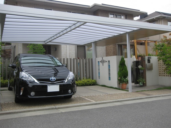 車庫と玄関が重なる動線なので、屋根材は半透明です。