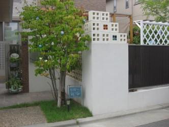 4つ穴の窓のブロックがアクセントに。