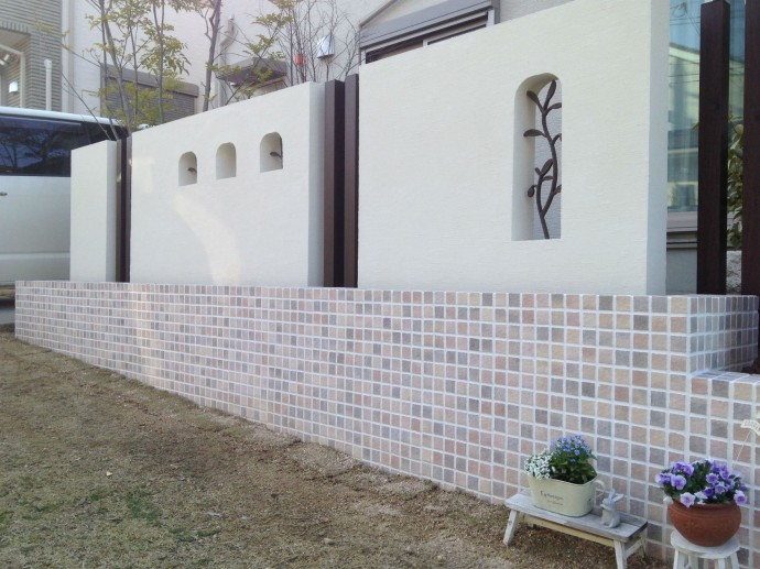白い壁と角柱、モザイクタイルで大人可愛い目隠し