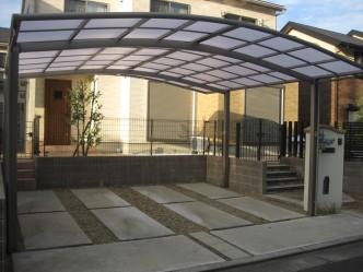 玄関前なので明るい半透明の屋根です。