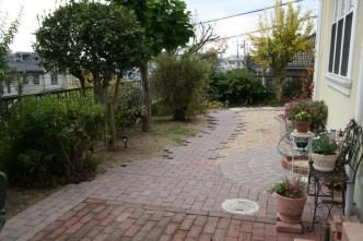 レンガの園路と砂利で雑草対策
