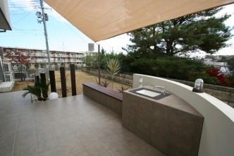 室内とお庭をつなぐテラスと、リビングと対面になるように設置したベンチ