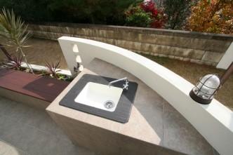 ガーデンシンクの周りにはライトやベンチを配置