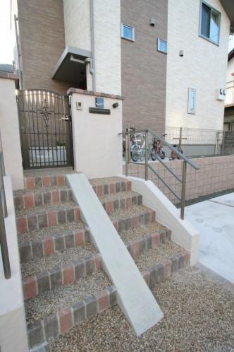 門柱前の階段には自転車用にスロープを配置