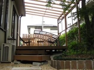 広いデッキからお庭に下りるステップは既存の石のテラスと組み合わせわざと斜めに施工しました。