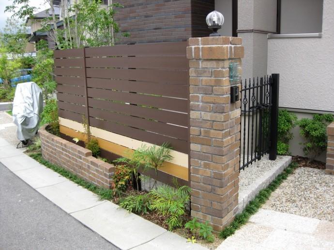 同色で高さのある塀を作ると圧迫感もあるので