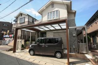 半透明で明るい屋根材。正面のゲートフレームに木目調を用いグレードアップ。