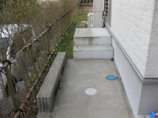 奥行が狭く庭側には階段2段分以上の段差がありました。