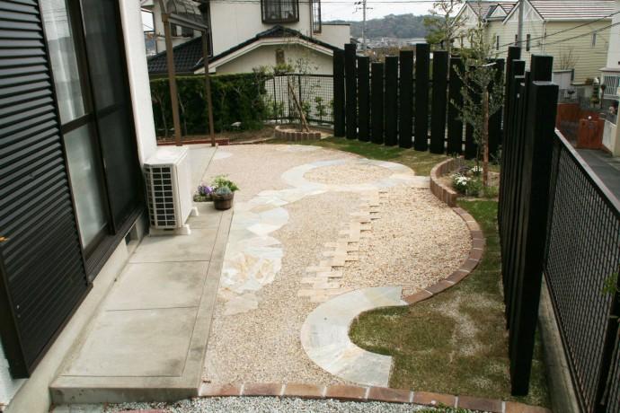 レンガを立てたり並べたり、一工夫でお庭にメリハリができます。