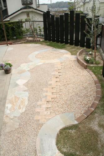 全体的に明るいお庭にしたいとの要望がら、クォーツストーンの乱石とサークルを使用