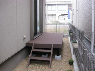 階段も設置し出入りし易くなりました。