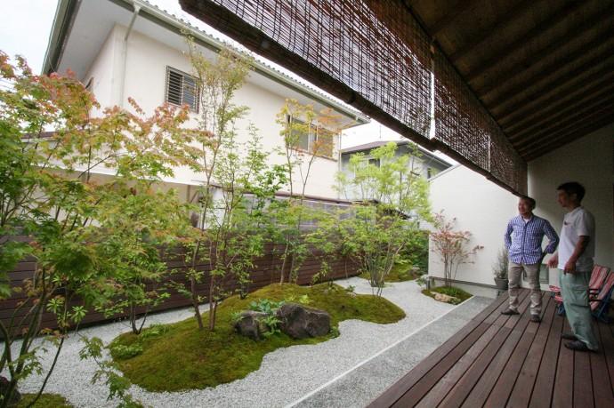 デッキから眺める雑木林風のお庭