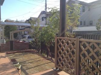 千本格子と植栽で道路からの視線もカット