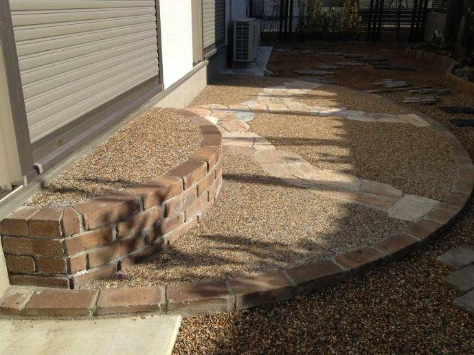 広々ステップと可愛らしい曲線のテラスには乱石を散らし貼りしアクセントに。