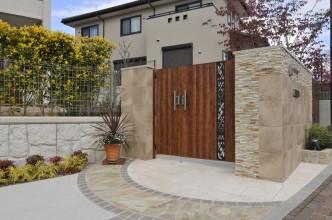 自然石をライン貼りしたデザインは折り返した門柱にも続きます。